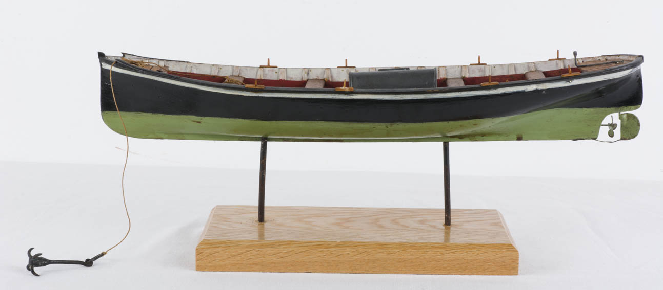 Model of a 20th century diesel engine boat dedicated to inshore fishing using twine, troll, trammel nets and traps in depths of 30 to 100 meters.