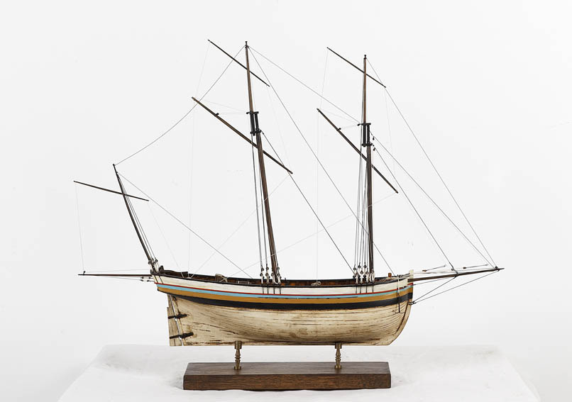 Scale model of a quechemarin, also called cachemarin. This type of vessel has its origin in France throughout the eighteenth century. They are boats used for coastal fishing with wide hulls enabling m
