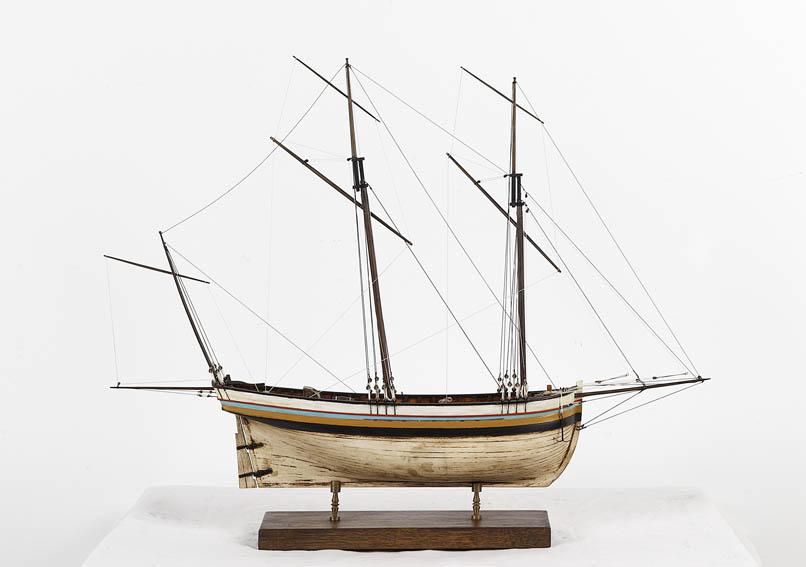 Modelo a escala de un quechemarín, también llamado cachemarín. Este tipo de embarcaciones tienen su origen en Francia a lo largo del siglo XVIII. Son embarcaciones destinadas al comercio de cabotaje y