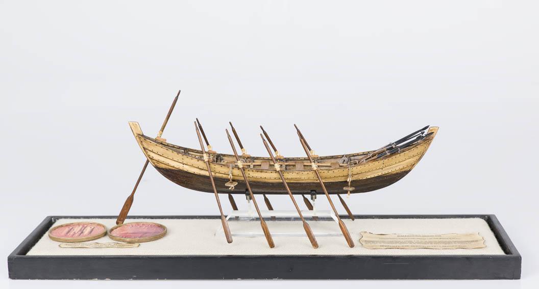 Bote ballenero del siglo XVIII, realizado conjeturalmente a partir del sello de Fuenterrabía de 1297. Posee todos los aparejos usados para la caza de la ballena: arpones, sangraderas, boyas, etc.