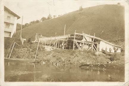 Se trata de una fotografía tomada a finales del siglo XIX  del caserío-astillero de Uriberri. Hoy sigue en pie, excepto el cobertizo destinado a taller. Ubicado entre Orio y Aguinaga, junto a la regat