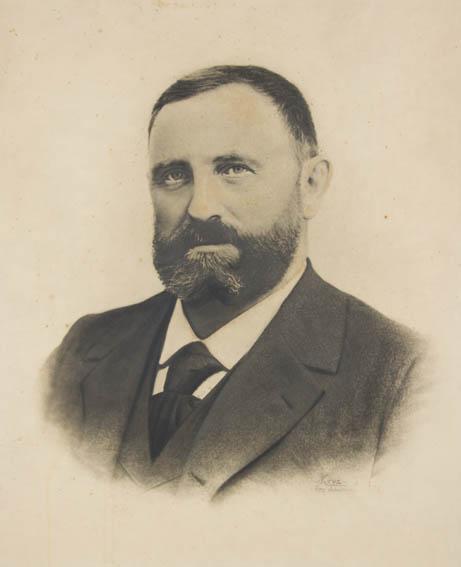 Retrato fotográfico de ¾  de Miguel Antonio, último de la saga Mutiozabal, que destacaron como una importante generación de los constructores navales. A diferencia de sus antepasados, este amplió y pe