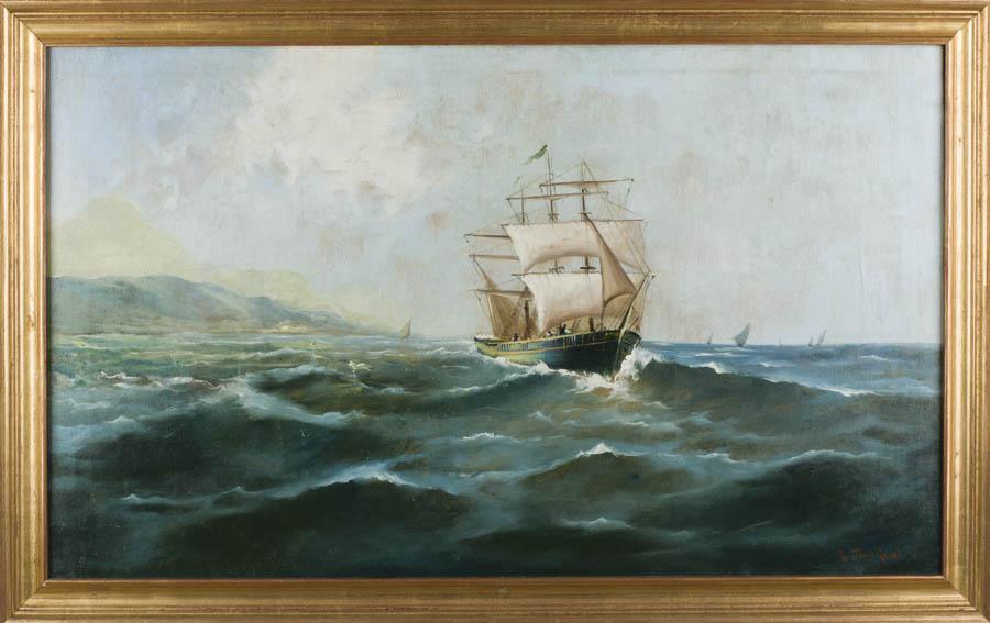 Marina realizada por Ricardo Verdugo Landi que representa una costa, en la que en primer plano se observa a una fragata mercante navegando sobre un mar con marejada y en el fondo un promontorio rocoso