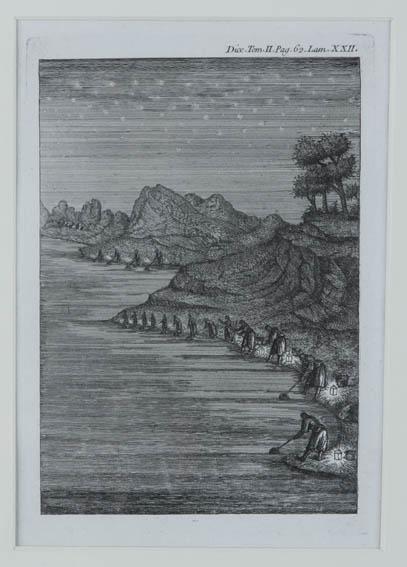 Grabado donde se aprecia una fila de personas con faroles marisqueando, recogiendo crustáceos y moluscos, junto a la orilla del mar.