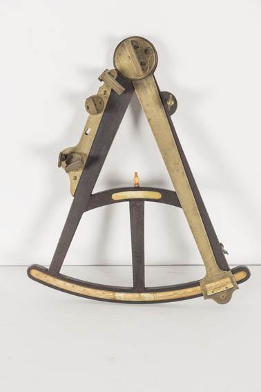 Octante inglés realizado por Gilbert & Gilkerson a finales del siglo XVIII. El octante es un instrumento de navegación que surgió a comienzos del siglo XVIII, vino a sustituir instrumentos anteriores